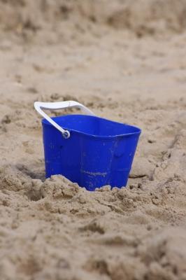 le sable et le seau, la terre et le plastique